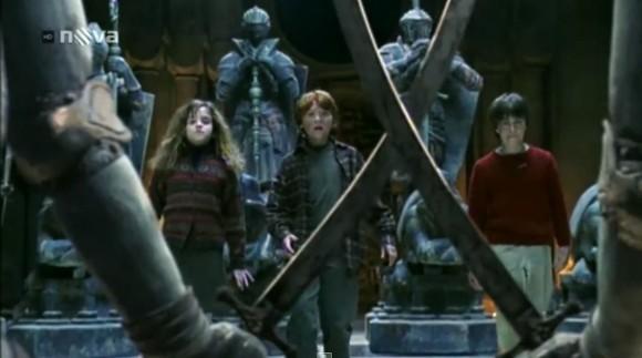 Mladý Harry Potter nastupuje na školu v Bradavicích.